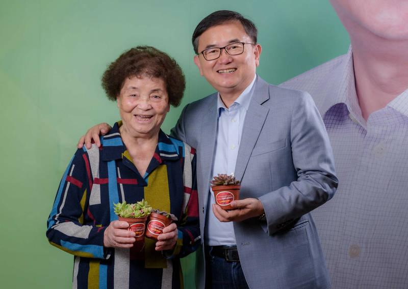 立委劉櫂豪與媽媽手捧多肉小盆栽,歡迎民眾索取。(劉櫂豪提供)