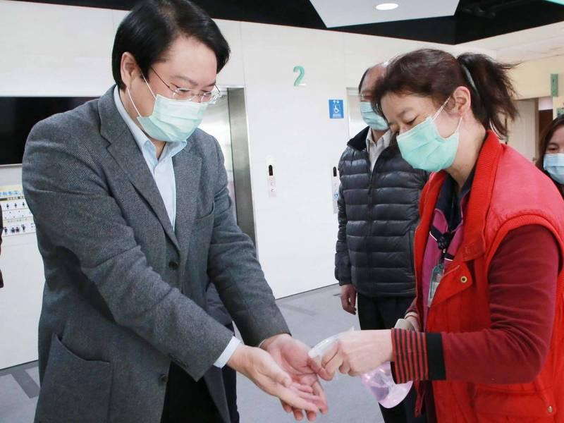 基隆市長林右昌(左)表示,加強自我防疫,就是阻絕傳播鏈最好的方式,請大家提高警覺,除了保護自己,也為防疫貢獻一份心力。(基隆市政府提供)