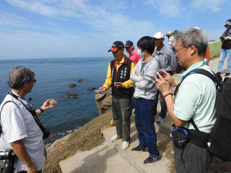 台大教授林俊全跨海前往七美,為志工們講解地質觀念。(七美平和社區發展協會提供)