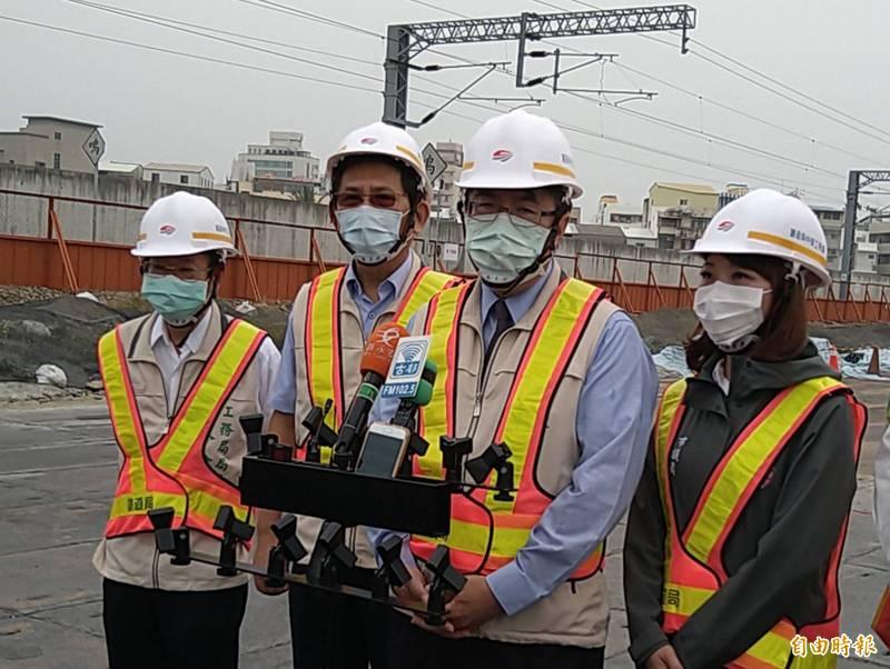 台南市長黃偉哲(右2)表示,台南大型活動集會將改採實聯制,參加香科的陣頭和民眾也要採實聯制、嚴格要求戴口罩。(記者蔡文居攝)