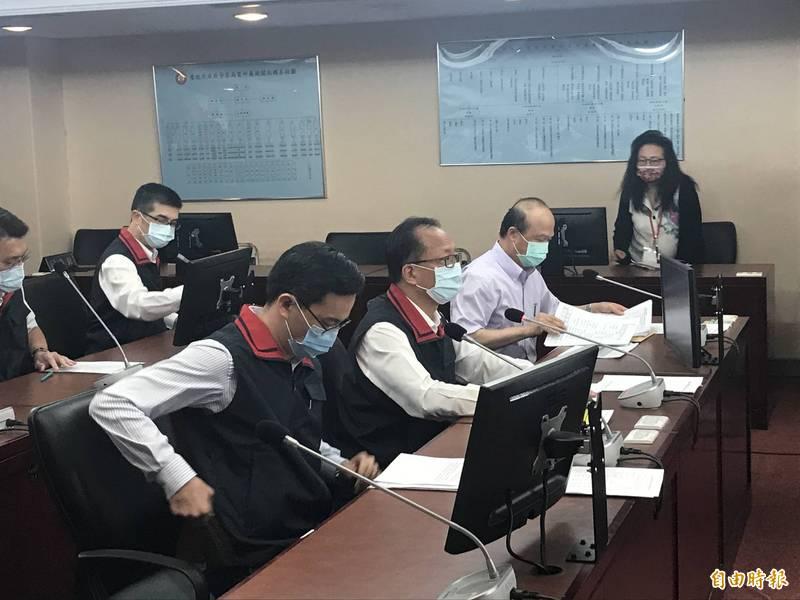 陳嘉昌(中)表示,松山分局案沒有施壓、關說、或接到任何人電話。(記者蔡思培攝)