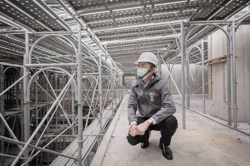 林智堅視察大坪頂納骨塔新建工程。(市府提供)