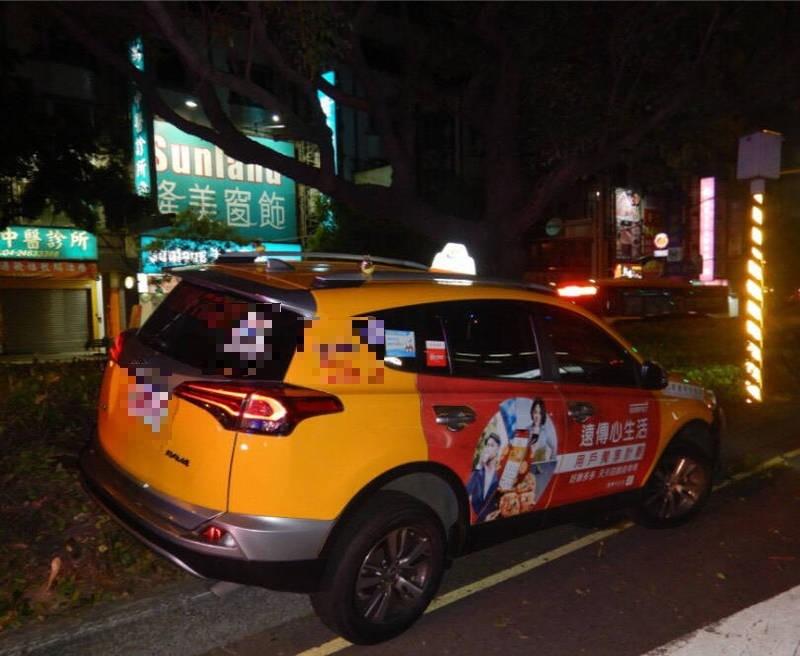 圖中計程車自撞分隔島。(民眾提供)