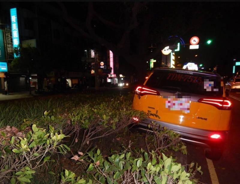 計程車自撞分隔島。(民眾提供)