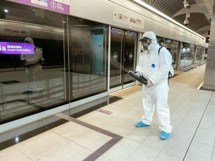 桃捷公司防疫再升級,21車站及站體已完成全面消毒工作,每隔4天會針對確診者出入過的重點車站再度加強消毒作業。(記者陳恩惠翻攝)