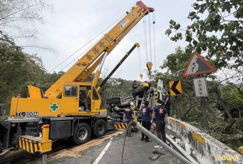 南投縣鹿谷鄉混凝土車翻覆,連路燈也被撞斷,現場一片凌亂。(記者謝介裕攝)