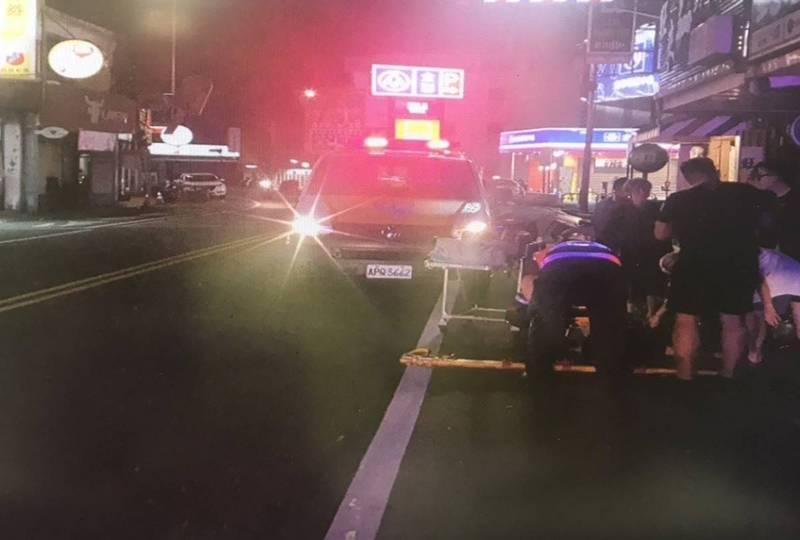 吳男接連肇事後,車輛仍左右偏移,撞倒甫過馬路、正要發動機車的張姓路人,張姓路人因受傷送醫救治。(記者鄭淑婷翻攝)