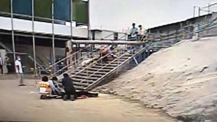 科管局公共工程今天下午有一輛挖土機疑整地不慎,導致電桿倒下,砸中毗連的台積電寶山工程的一名28歲女姓員工,經送醫搶救,仍未脫離險境持續救治中。(記者廖雪茹翻攝)