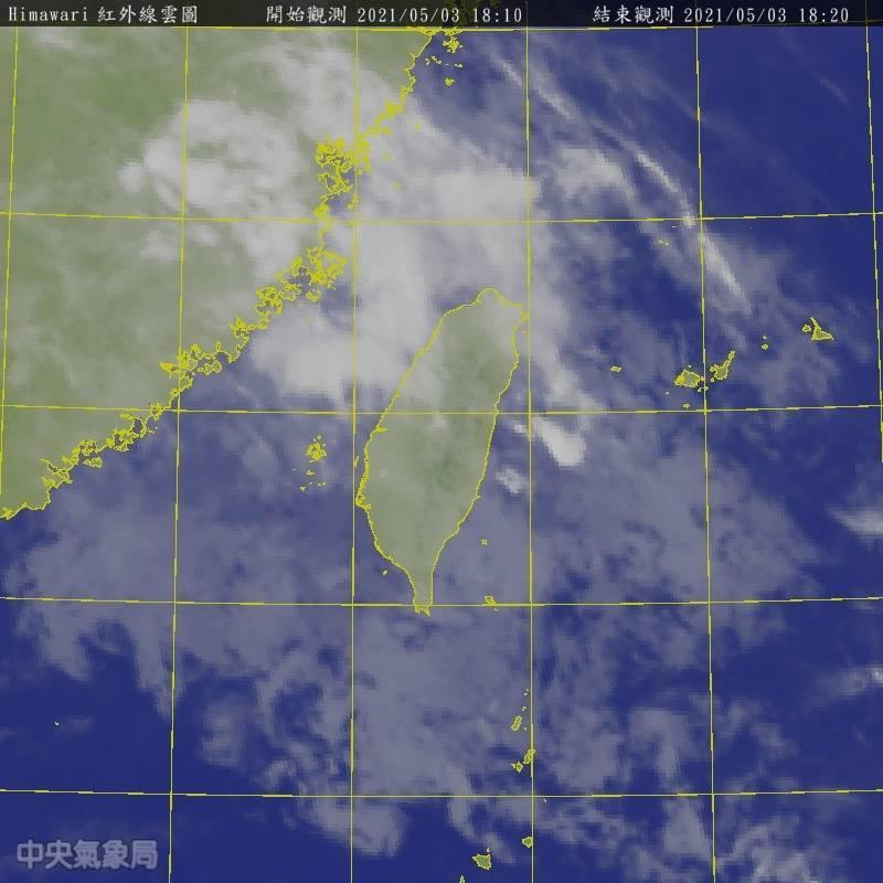 今天台灣西南側海面移入充足的中層水氣,各地雲量偏多,也有飄雨情況,花東地區白天就出現明顯雨勢。(記者蕭玗欣翻攝)