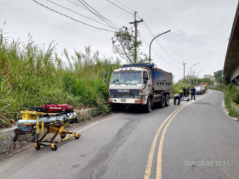 台中清水海頂路發生砂石車撞死年輕男騎士意外。(記者張軒哲翻攝)