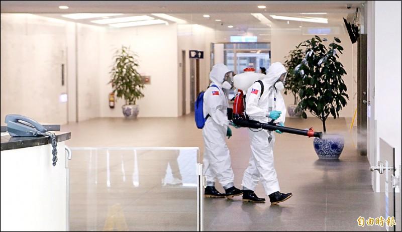 桃園市政府環境清潔稽查大隊及國軍化學兵特別出動,在華航園區進行深度消毒作業。(記者姚介修攝)