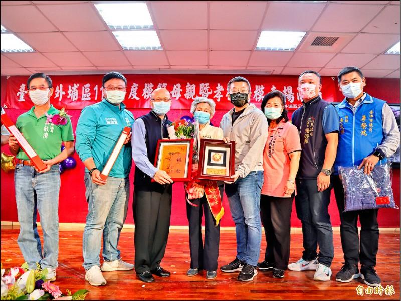 立法院副院長蔡其昌(右四)等表揚模範母親88歲王謝招妹(左四)。(記者歐素美攝)