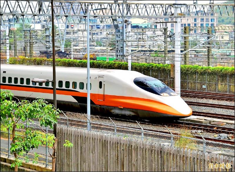 高鐵延伸屏東完工後,屏東站每小時一班列車。(記者侯承旭攝)