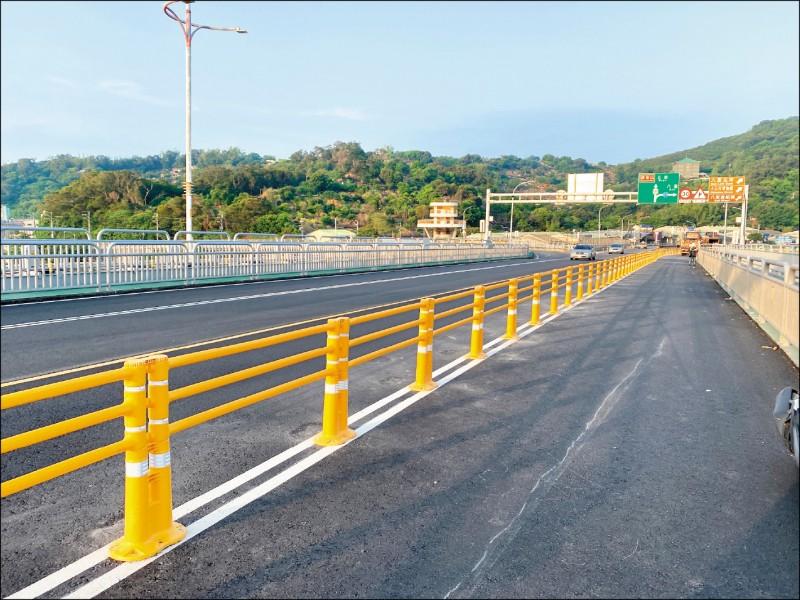 關渡大橋雙白線上實施實體分隔,圖為往五股、八里方向車道以高彈性雙主柱護欄分隔。(公路總局提供)