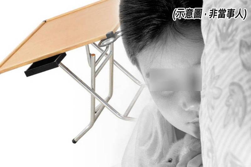 男童當場被折疊桌腳架夾住胸部勒到昏迷,家長發現時驚覺已經沒有呼吸心跳報案。(本報合成)