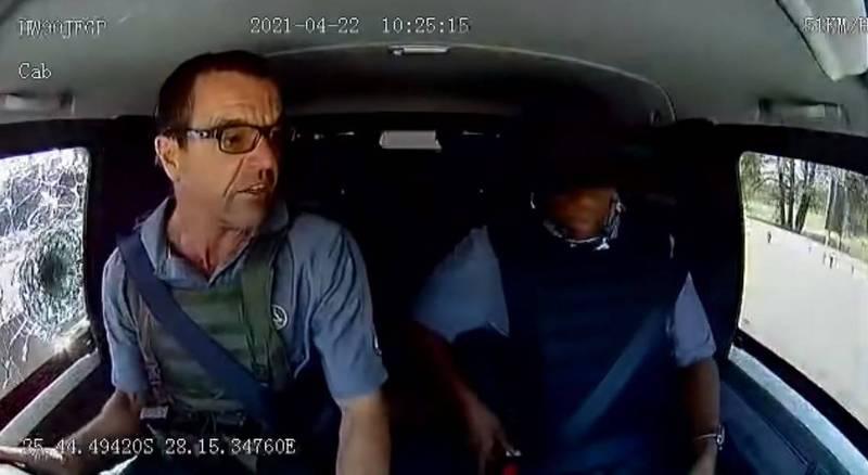南非這輛運鈔車遇上武裝歹徒搶劫,司機沒有慌了手腳,不但一邊專注駕駛,還一邊指示身邊警衛呼叫支援,直到援手趕來,冷靜地等到援手抵達,逃過一劫。(擷取自推特)