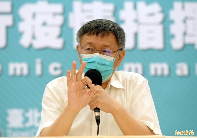 媒體提問北市府是否掌握並加強防疫;台北市長柯文哲脫口而出說,非台北車站,而是新光大樓。(記者林正堃攝)
