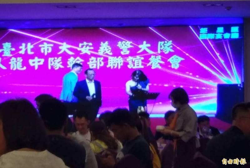 台北市警局長陳嘉昌(左二)今晚參加台北市大安義警臥龍中隊餐敘,還上台高歌助興。讀者獨家提供本報使用。(記者姚岳宏翻攝)