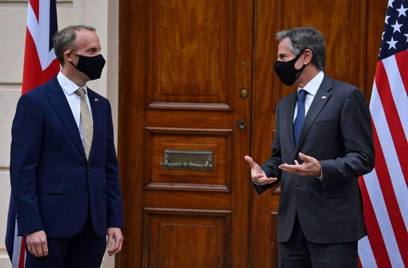 G7外長會議在英國召開,地主英國外長拉布(左)與美國外長布林肯(右)會面。(法新社)