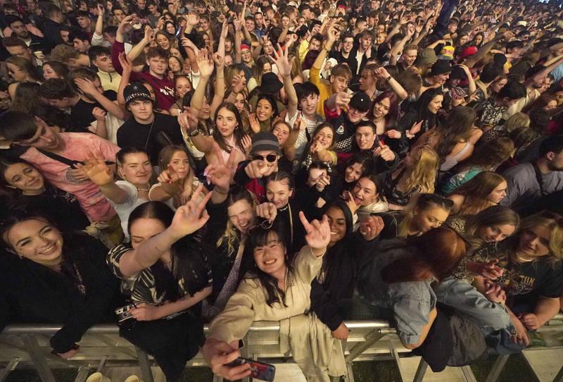乐迷们不用戴口罩,就像回到疫情之前一样,所有人聚在一起,手上拿着饮料随着音乐放松舞动。(欧新社)(photo:LTN)