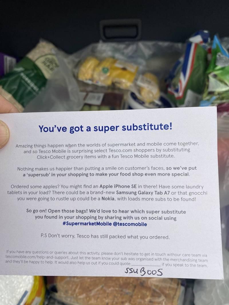 詹姆斯手上拿著特易購超市「雜貨超級替代品」促銷活動的說明辦法。(圖翻攝自TreedomTW1推特)