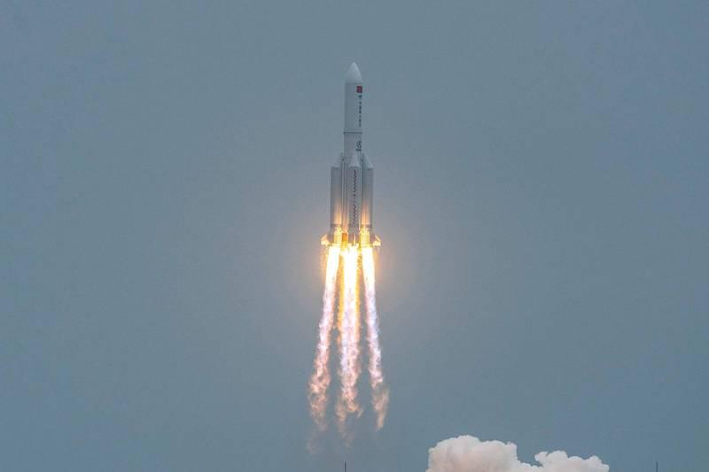 中國太空站天和核心艙4月29日上午成功發射升空,不過其重達21噸的第二節火箭段,將在未來幾天內完全失控,重返大氣層,有可能降落在有人居住區域。(法新社)