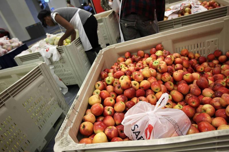 英國50歲男子詹姆斯,日前透過網購和特易購超市購買了一袋蘋果,示意圖。(法新社)