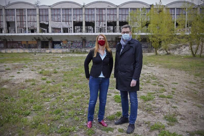 布達佩斯市長卡拉松尼(右)與布達佩斯第九區區長巴蘭怡(左)在復旦分校預定地合影,2人皆反對復旦大學在布達佩斯開設分校。(美聯社)