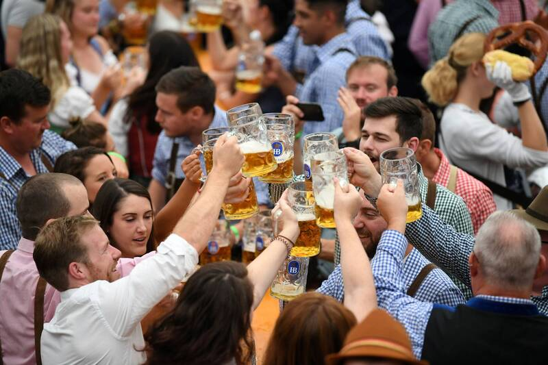 德國知名的慕尼黑啤酒節確定連2年取消。圖為2019年民眾飲酒狂歡。(路透)