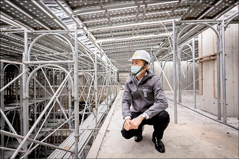 新竹市長林智堅昨視察工程,強調「納骨塔也可以導入設計力」。(新竹市府提供)