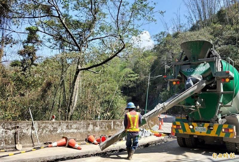 日月潭環潭公路開挖進行電纜線施工情形。(記者謝介裕攝)