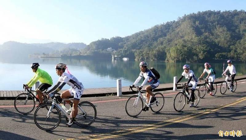 旱象未解,騎自行車遊日月潭蔚為風潮。(資料照,記者謝介裕攝)