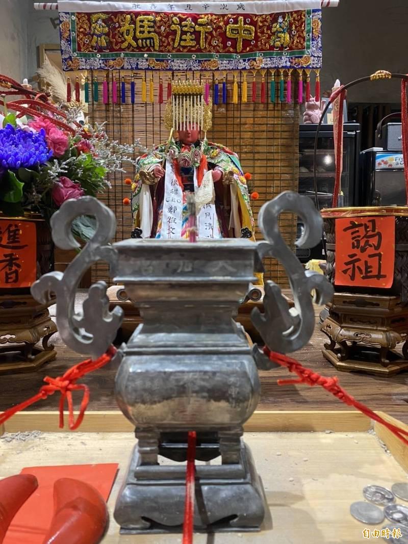 廟方志工鄭明書網拍找回65年歷史老香爐。(記者蔡宗憲攝)