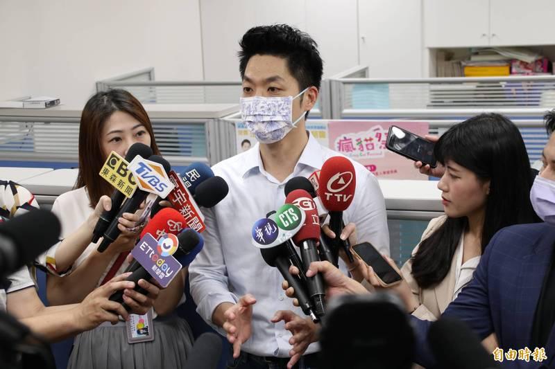 國民黨立委蔣萬安今受訪還原「蟑螂之亂」現場,並要求政府強力執法。(記者陳昀攝)