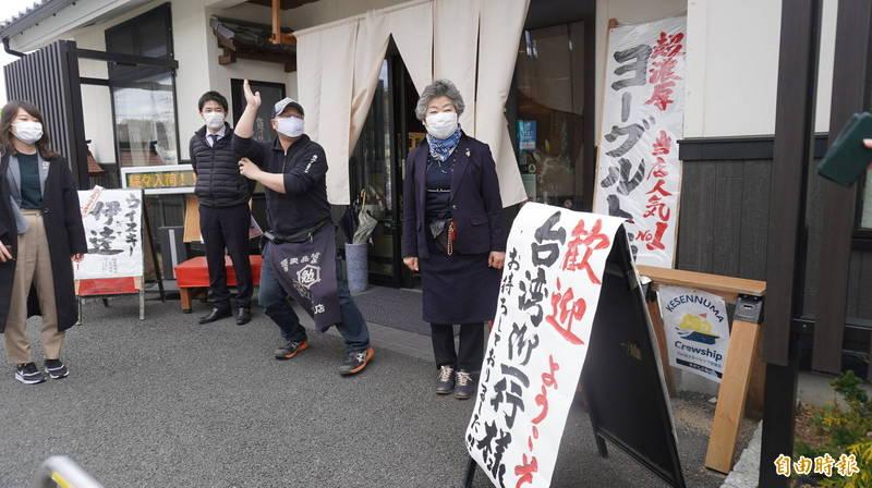 菅豐酒店老闆娘菅原文子和兒子一起在門口迎接台灣訪客,她很感謝台灣慈善團體在災後提供的現金援助,讓她們感到很有依靠。(記者林翠儀攝)