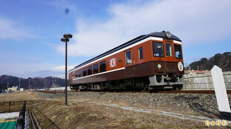 震災後科威特贈送的復古風列車行駛於三陸沿岸。(記者林翠儀攝)