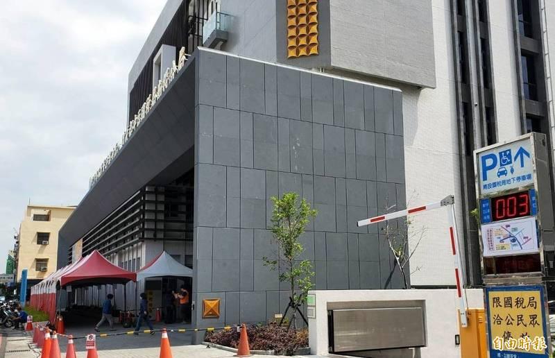 中區國稅局南投分局今年在南投市中興路的新辦公大樓受理民眾申報個人綜合所得稅,呼籲民眾勿跑錯地點。(記者謝介裕攝)