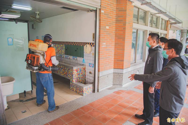 新竹市長林智堅今天表示,因應疫情發展,即日起社區據點改為供餐不共餐,並加強校園及公共場所的消毒工作。(記者洪美秀攝)