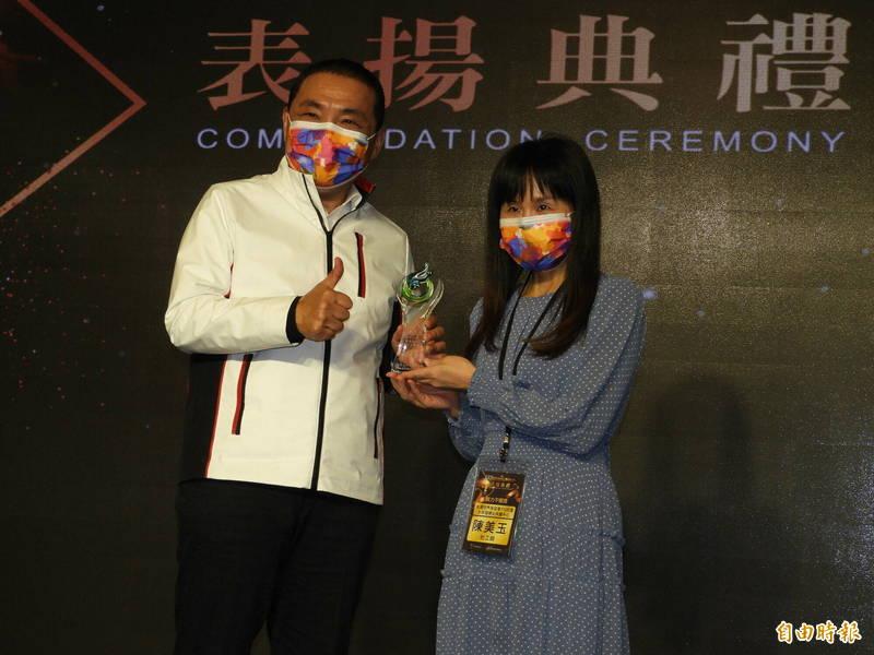 在台灣世界展望會113兒少婦保中心任職16年的陳美玉,幫助無數家庭在悲劇中重燃希望,獲市長侯友宜頒發「努力不懈獎」。(記者賴筱桐攝)