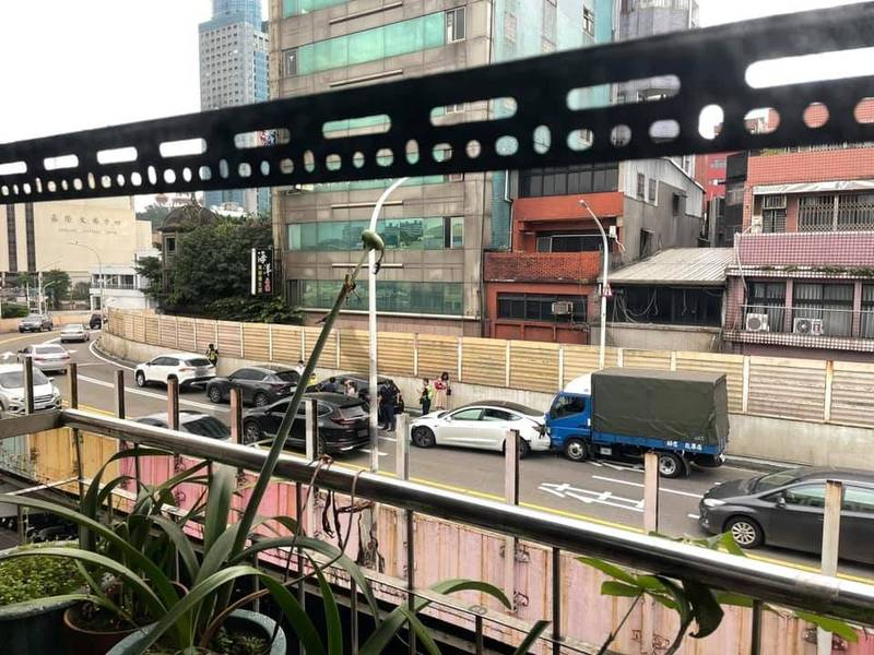 東岸高架上5輛車子發生追撞事故。(讀者提供)