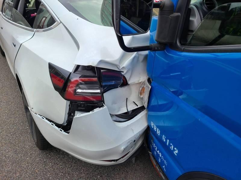 特斯拉後方貨車撞擊後,向前追撞,前後都受損。(記者吳昇儒翻攝)