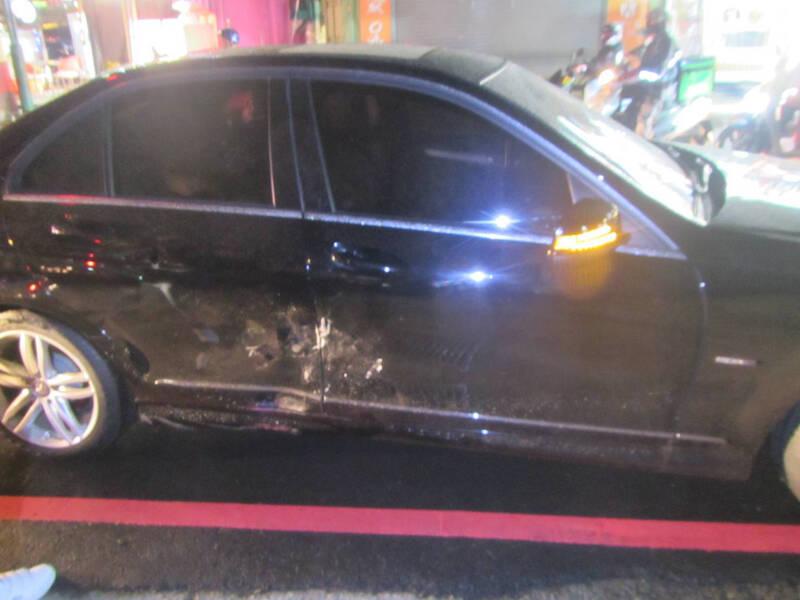 林女賓士車車身受損。(民眾提供)