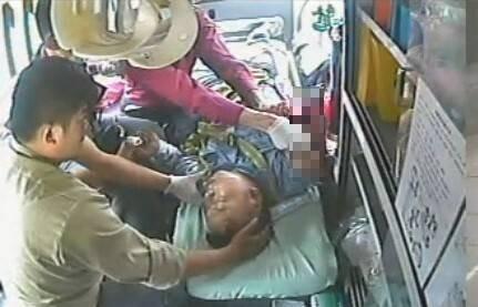 劉男右上臂被夾斷送醫。(記者張軒哲翻攝)