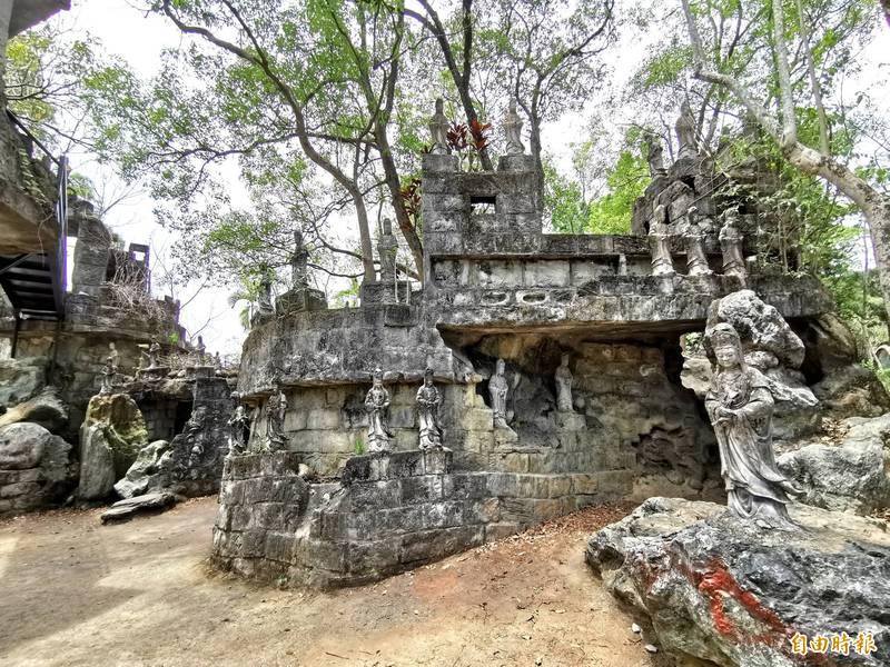有「台版吳哥窟」之稱的萬佛寺小普陀山,因應國內疫情升溫,即日起暫時休園。(記者吳俊鋒攝)