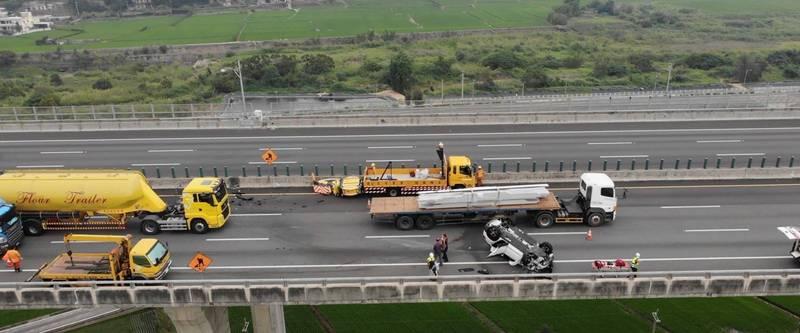 國道3號轎車追撞工程車防撞架,從內車道翻覆到外車道。(苗栗縣消防局提供)