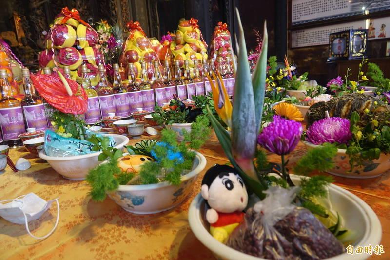 鹿港天后宮歡慶媽祖生日,宴桌上出現蠟筆小新。(記者劉曉欣攝)