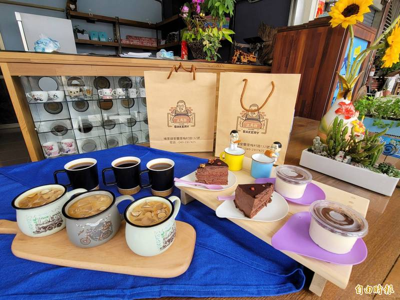 「大瑪璘手作坊」也有咖啡、甜點供應,現在買咖啡打卡還送甜點,只要50元銅板價,CP值超高。(記者佟振國攝)