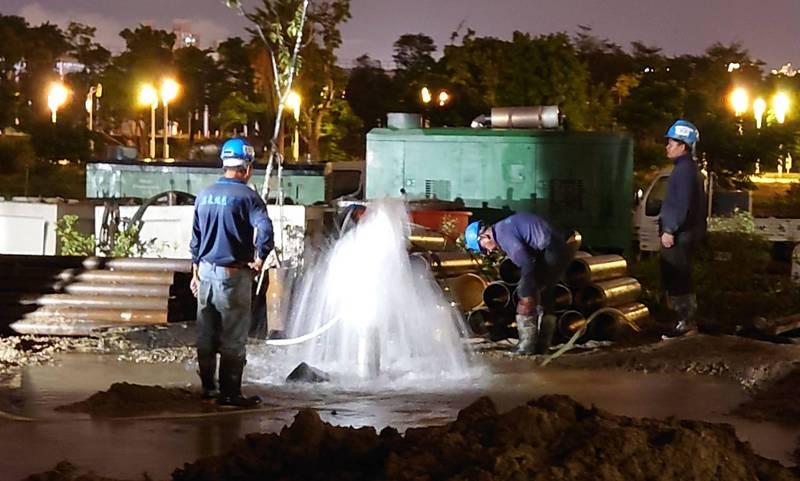 為解決台中旱象,水利署啟動抗旱2.0,施工人員日夜趕工,在中央公園等地開鑿88口的深水井。(記者陳建志翻攝)