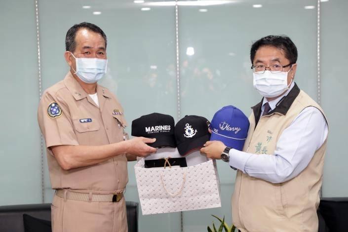 國防部海軍司令部副司令胡展豪中將(左)今天拜會台南市長黃偉哲(右),互贈紀念品致意。(台南市府提供)