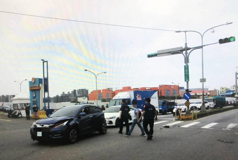 中壢中園路二段大江購物中心前昨天發生追撞事故。(記者李容萍翻攝)